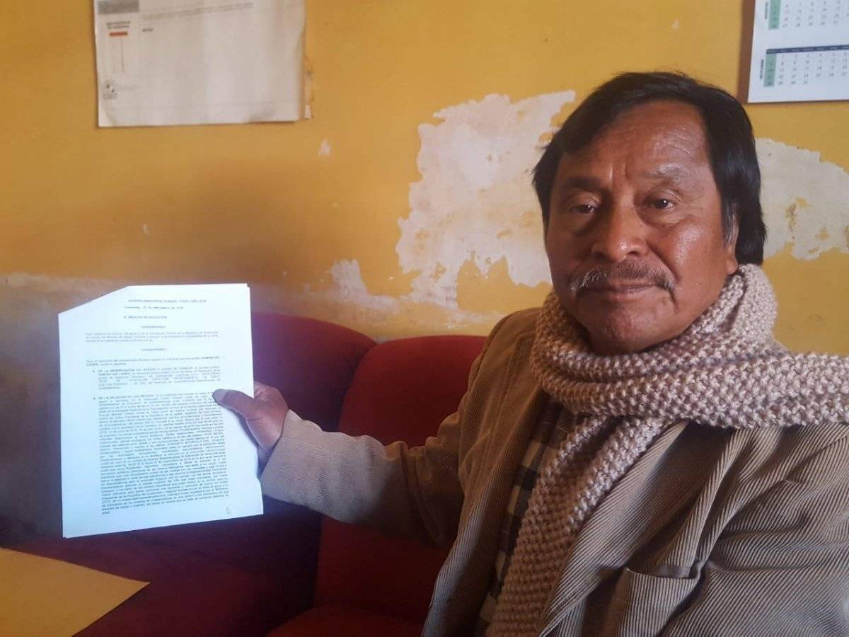 supervisor educativo de Quetzaltenango, Ramón Yax, es destituido por mantas contra el presidente