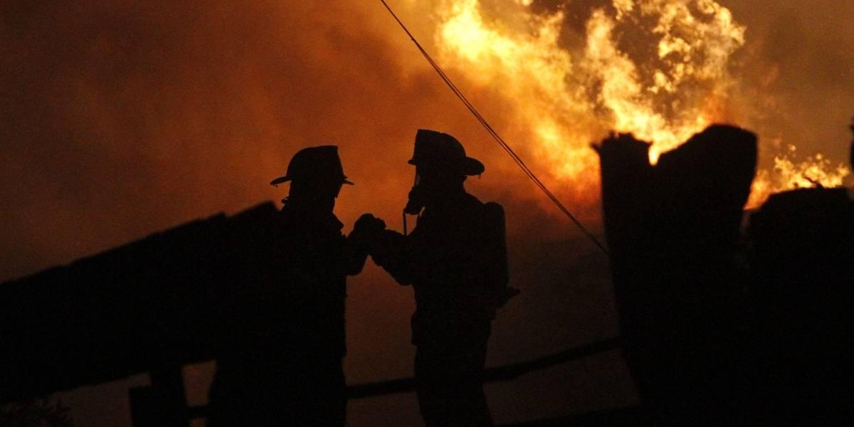 Alerta Roja: De madrugada evacuaron a 280 personas por incendio forestal en Navidad