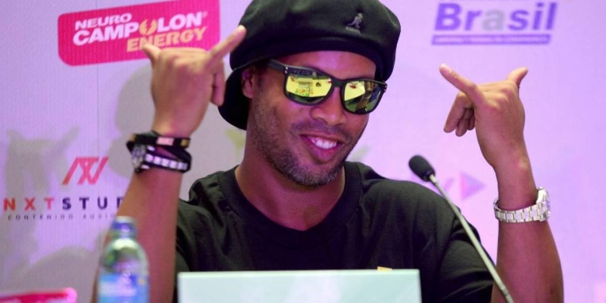 Ronaldinho: Impiden que Dinho salga de Brasil; se burla de la sociedad