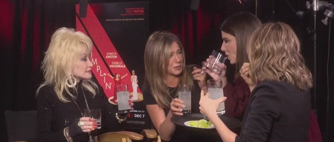 El beso entre Sandra Bullock y Jennifer Aniston Captura de pantalla
