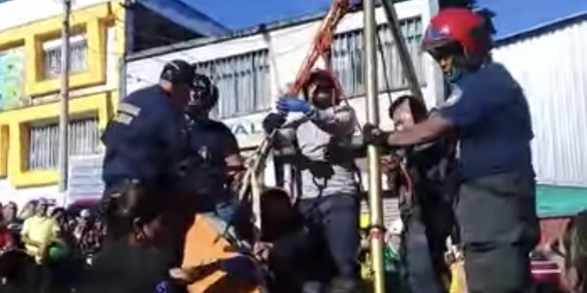 Video: ¡Rescate de película! Así sacaron a hombre que cayó en alcantarilla sin tapa