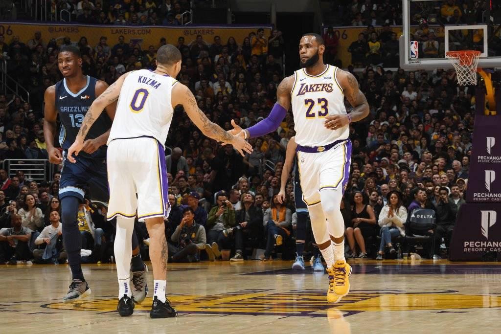 ¿Llegarán LeBron y los Lakers a los playoffs que se inician en abril? / imagen: Getty Images
