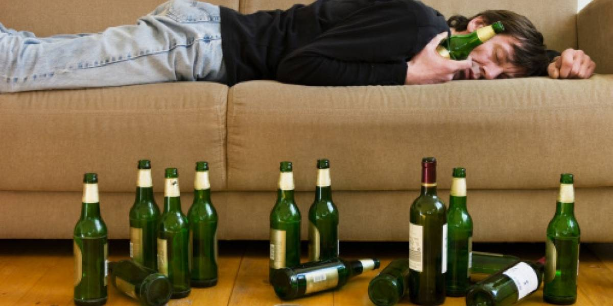 Llegó borracho a su casa y su mujer lo cargó