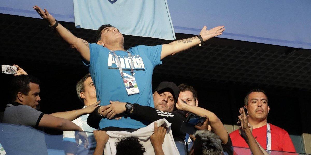 Maradona recibió alta médica tras estar unas horas internado por derrame estomacal debido a una hernia