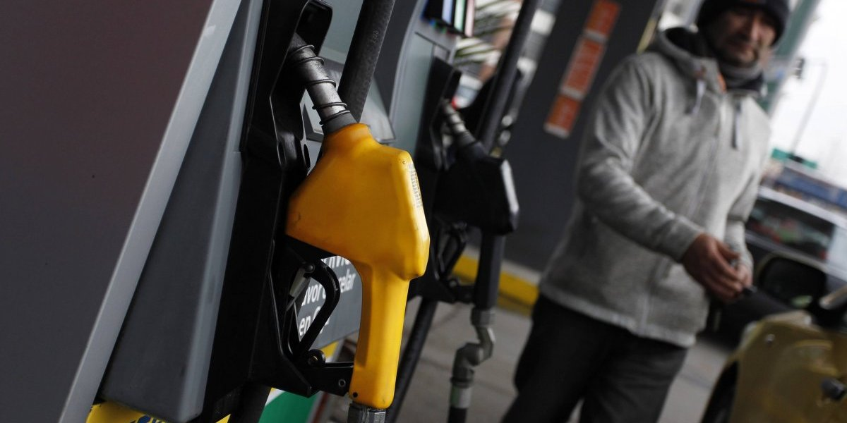 Justo para las vacaciones: Las Condes consigue inédito convenio para que vecinos paguen $15 menos por litro de combustible