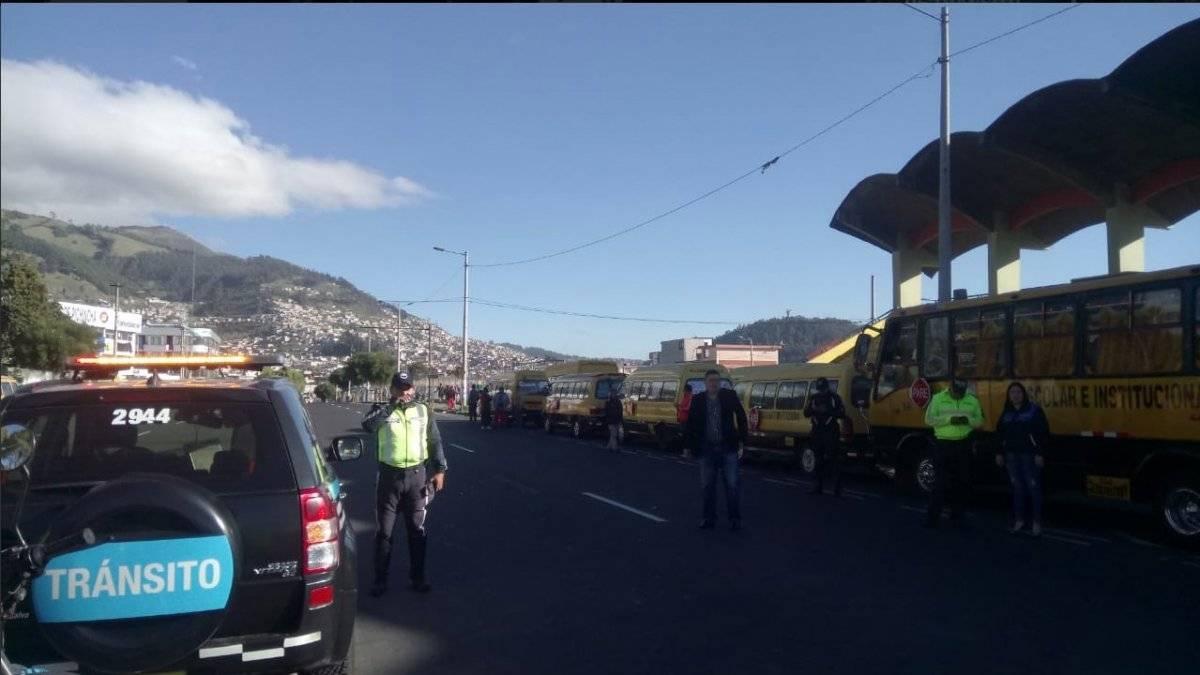 Quito: Transportistas escolares se movilizan por alza de precio de los combustibles AMT