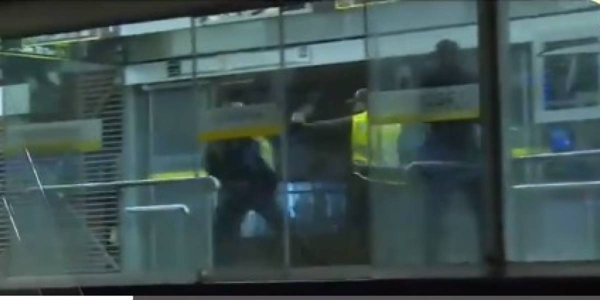 Video: Policías se agarraron a puños y patadas en plena estación de TransMilenio