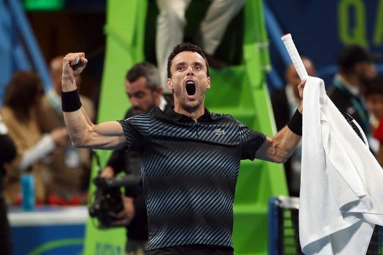 Roberto Bautista celebra tras derrotar a Novak Djokovic en Doha