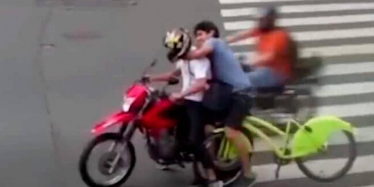 Video: Ciclista persiguió a ladrón en moto y logró quitarle lo que le había hurtado