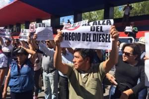 Quito: Transportistas escolares se movilizan por alza de precio de los combustibles