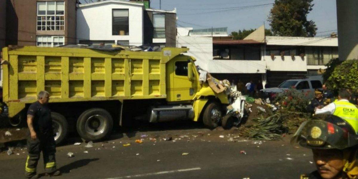 Camión choca y mata a dos personas en Álvaro Obregón