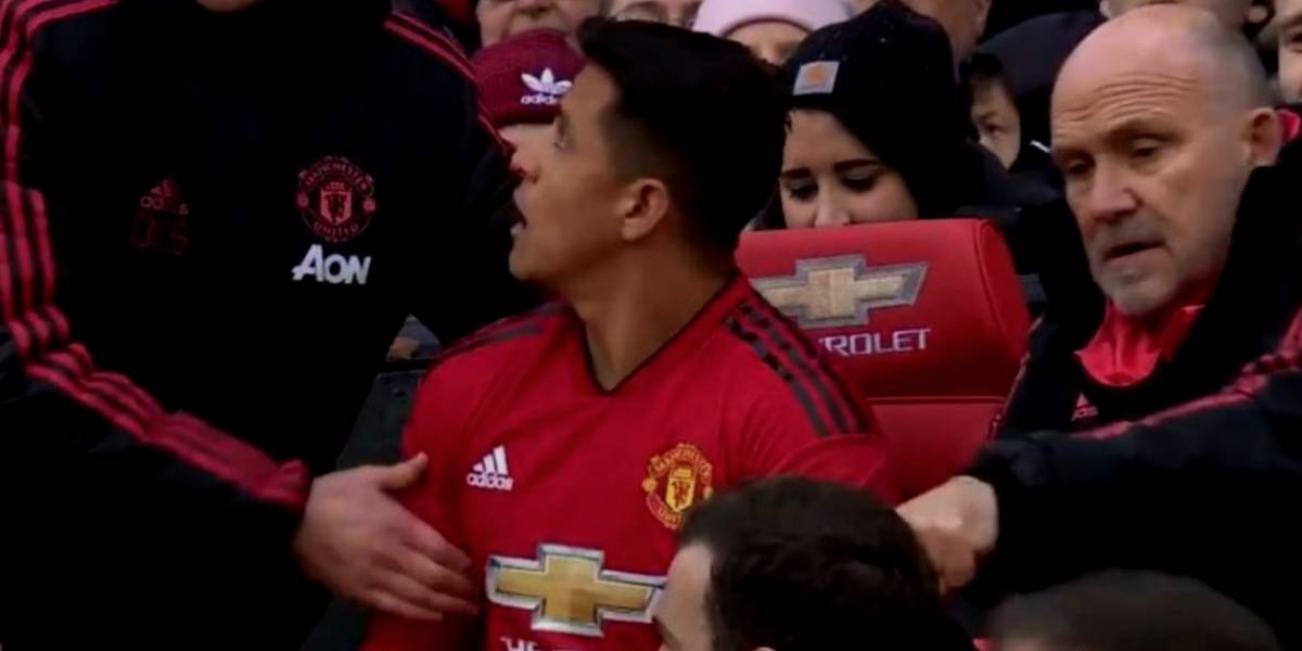 VIDEO: DT del United 'corre' a Alexis Sánchez del banquillo