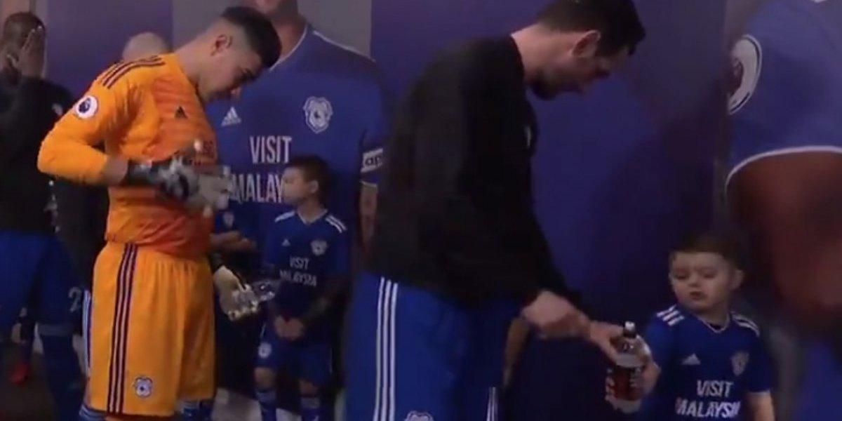 Niño le da lección de modales a capitán del Cardiff