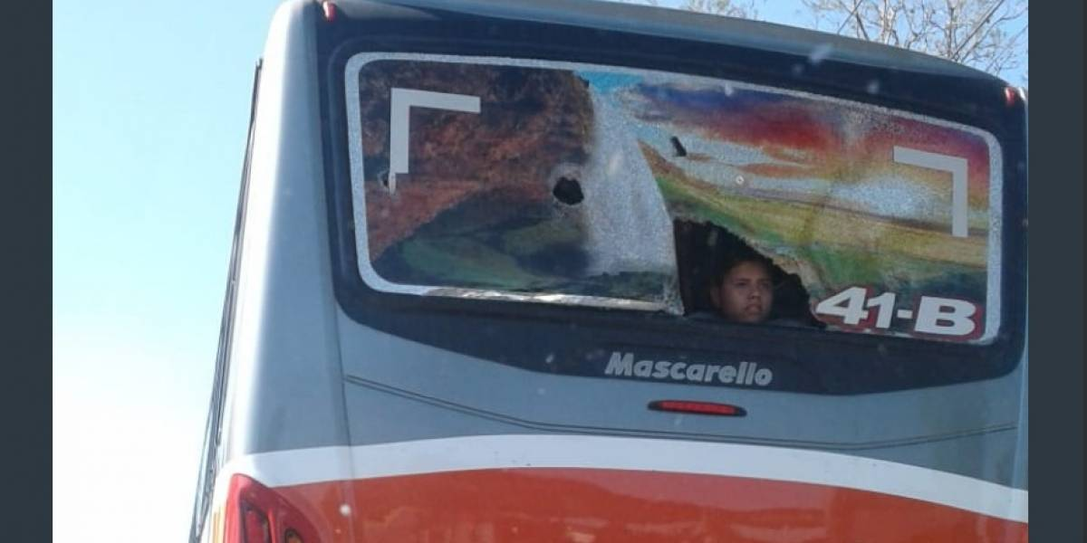 FOTOS. Supuestos aficionados de Municipal lanzan piedras y dañan bus del Deportivo Águila