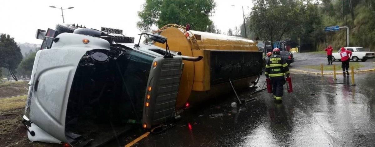 Accidente de tránsito en la Autopista General Rumiñahui y avenida Simón Bolívar Twitter Bomberos Quito