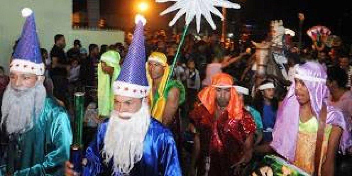 """Los """"Reyes Magos"""" desfilaron con la algarabía de padres e hijos"""