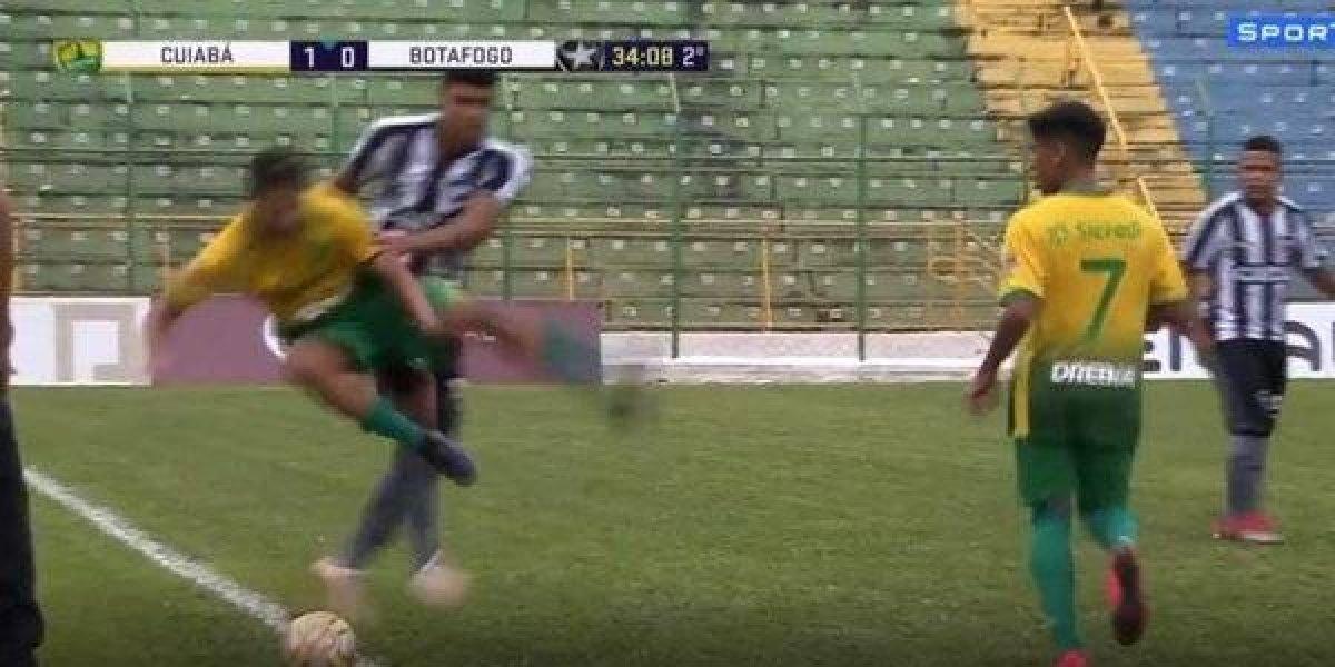Luis Henrique, juvenil Botafogo, reaccionó de manera violenta tras recibir un 'caño'