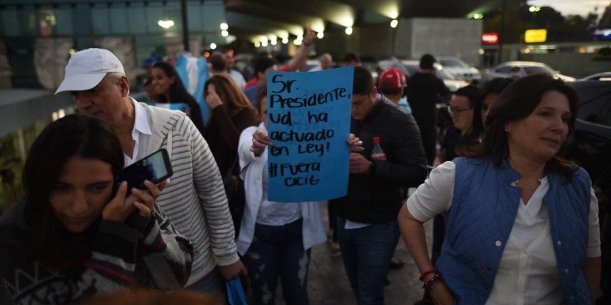"""""""No al Moralazo"""" y """"Fuera, CICIG"""": las dos manifestaciones concentradas en el aeropuerto"""