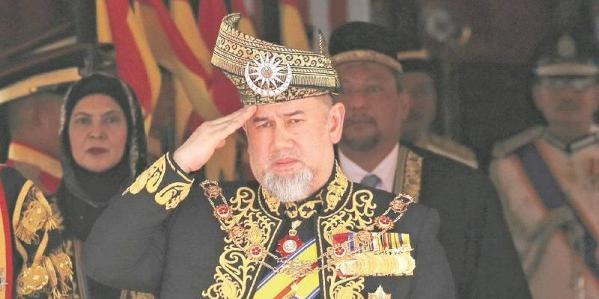 Rey de Malasia abdica por rumores de boda con Miss