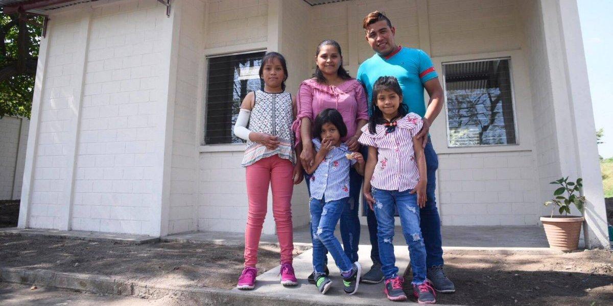 Fundación de Ricardo Arjona entrega las primeras casas a víctimas del volcán de Fuego