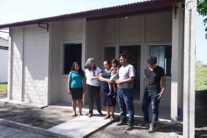 Ricardo Arjona entrega casa a damnificados del volcán de Fuego