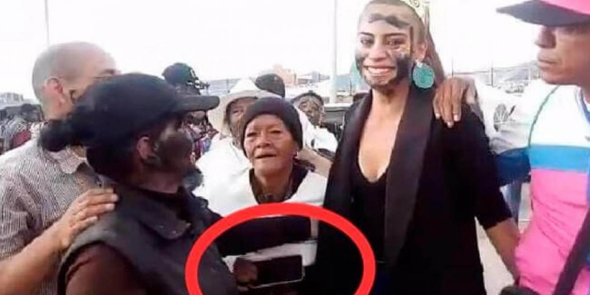 Video: Así robaron a la reina del Carnaval de Negros y Blancos mientras saludaba a seguidores