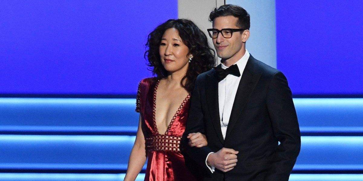 Sandra Oh llega a la alfombra roja de los Golden Globes en ajustado vestido blanco