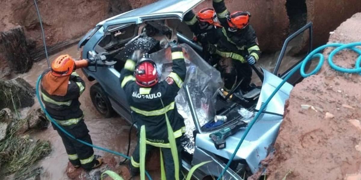 VÍDEO: Bombeiros resgatam vítimas de carro engolido por cratera