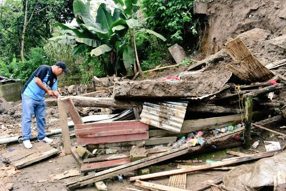 Una mujer y una niña murieron al desplomarse vivienda tras lluvias en Santo Domingo Twitter Gobernación de Santo Domingo de los Tsáchilas