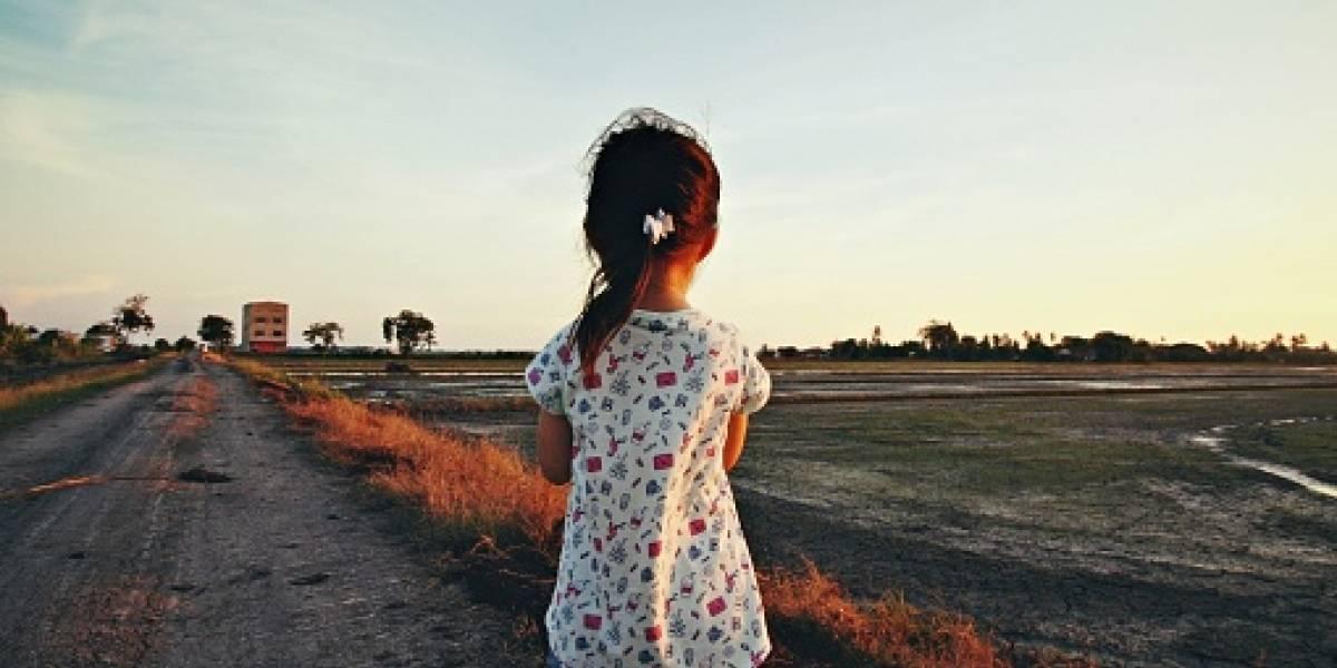 """Estuvo varios minutos: padre abandona a su hija de 9 años en plena carretera para darle """"una lección"""""""