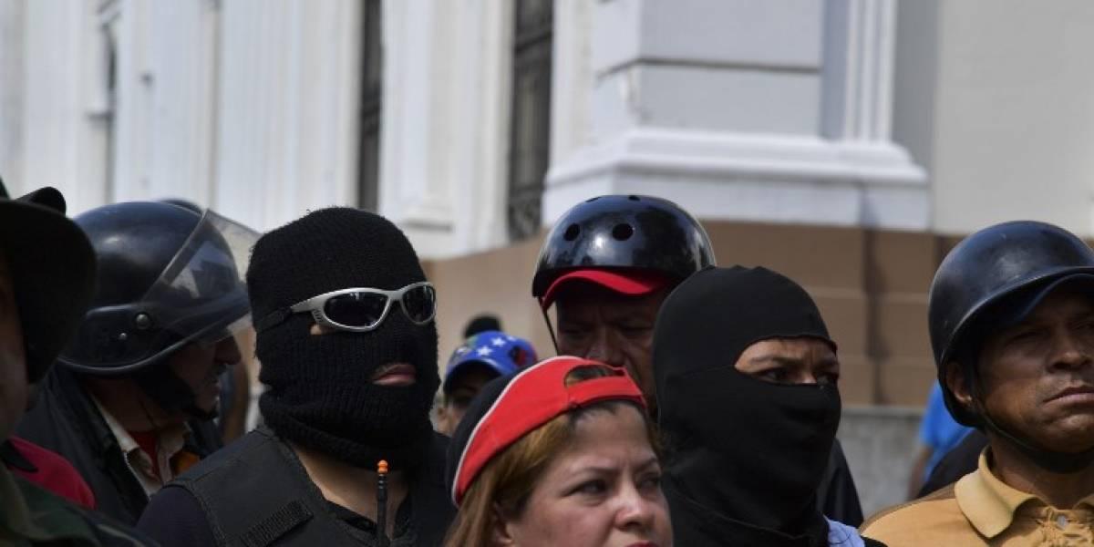 """""""Fusil en mano"""", grupos chavistas prometen defender a Maduro a sangre y fuego"""