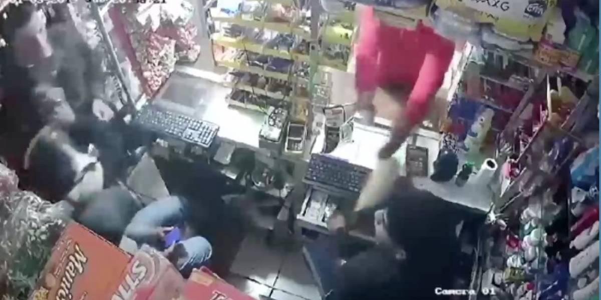 Quito: Cámaras captan el intento de asalto a una tienda en el sector 'La luz'