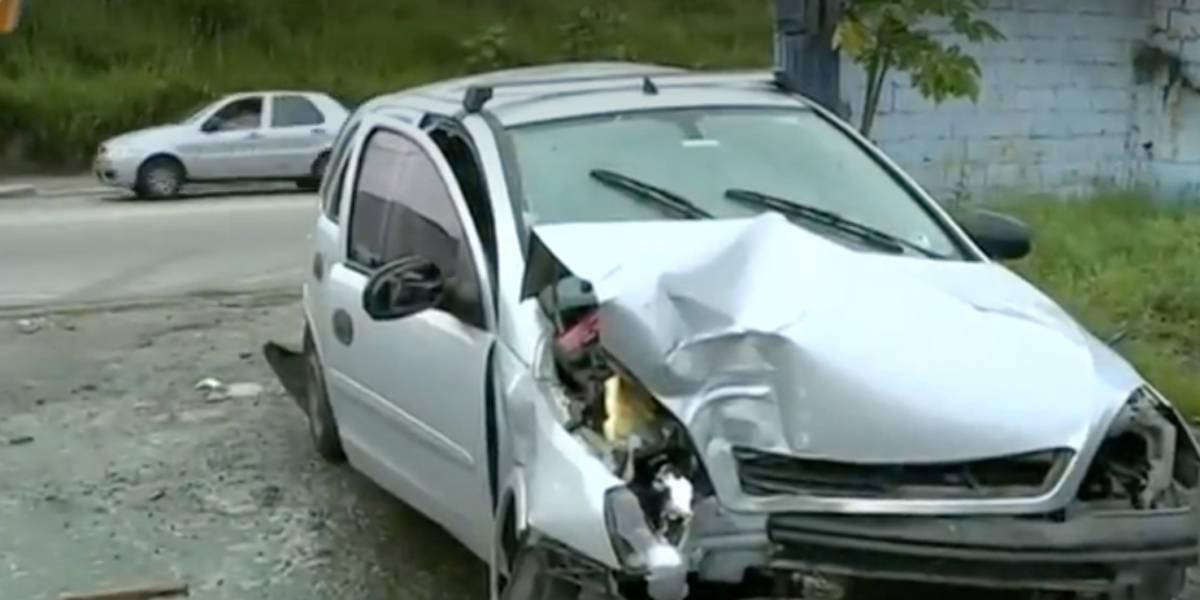 Criminosos em fuga batem em veículo com grávida na zona leste