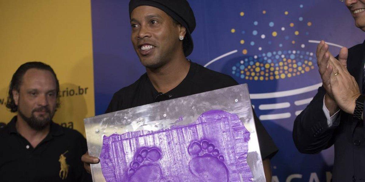 Ronaldinho plasma sus huellas en el Estadio Maracaná