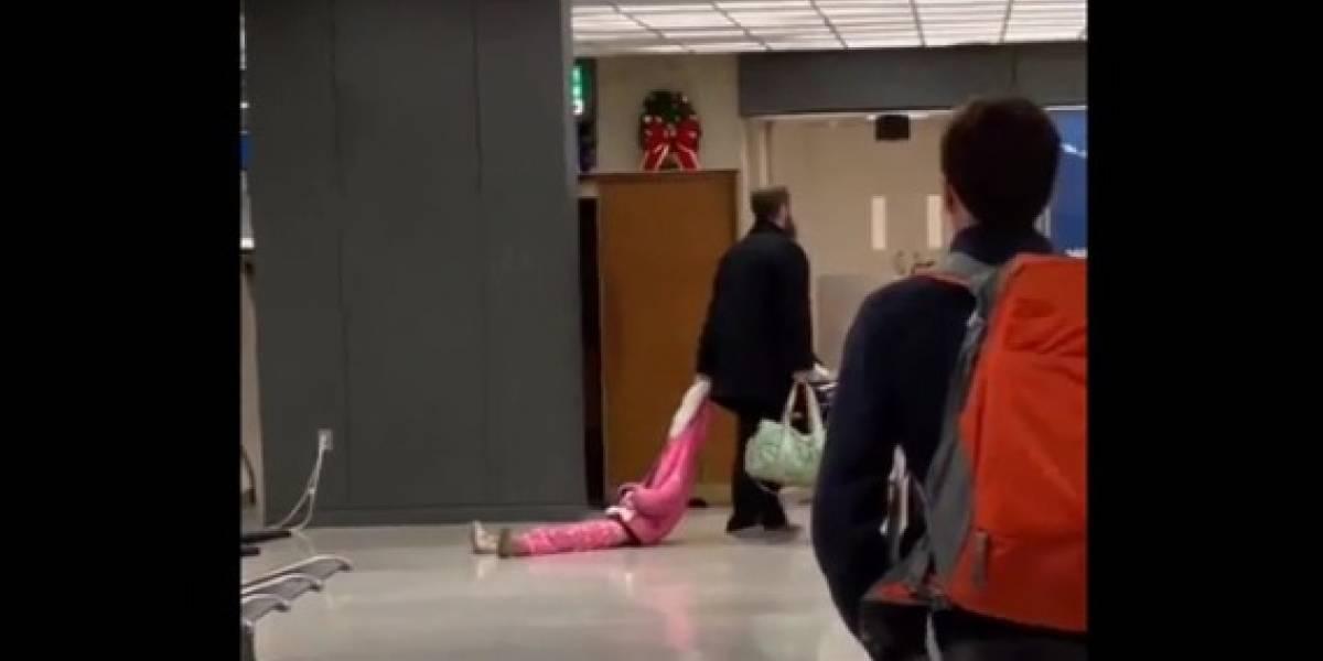 Video: Papá se vuelve viral al arrastrar a su hija por el aeropuerto