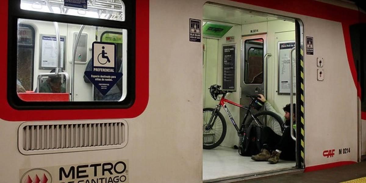 """Metro de Santiago reportó inconvenientes en Líneas 1 y 5 por """"incidentes de salud"""""""