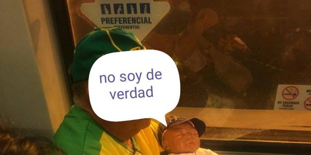 Sólo pasa en el Metro de Santiago: Twittero capta a pasajero usando una guagua de juguete para ocupar asiento preferencial