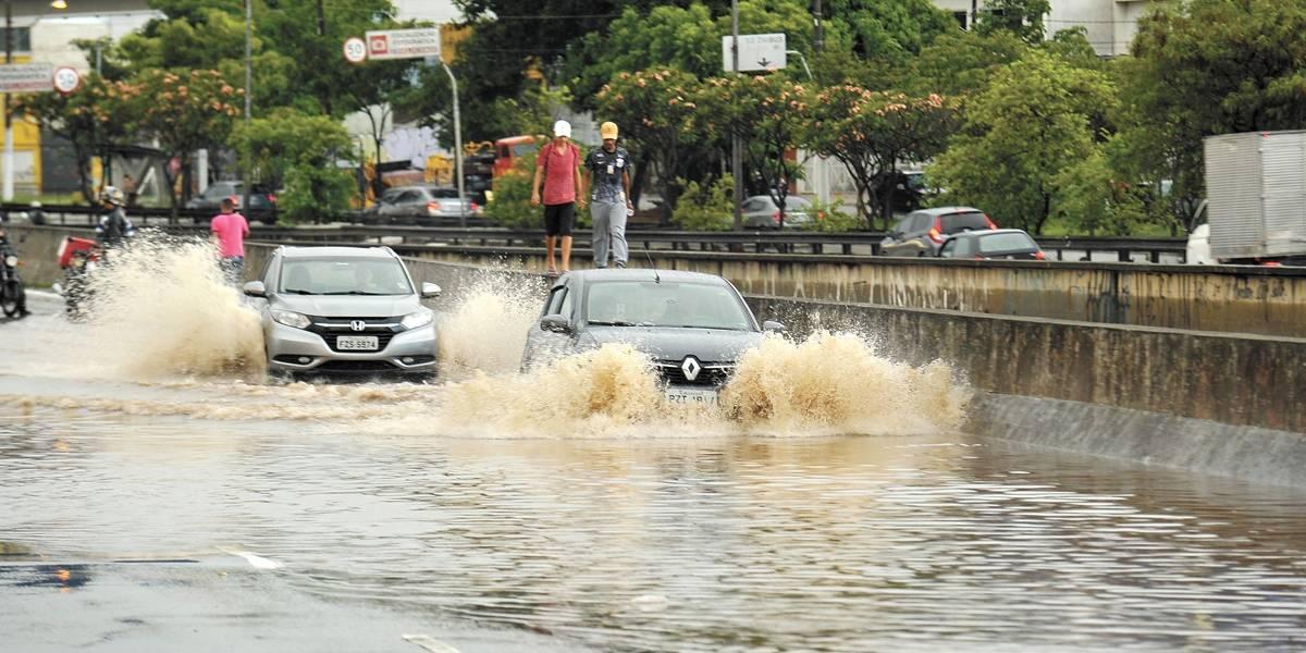 Muro cai, ruas alagam e rio transborda com tempestade em SP