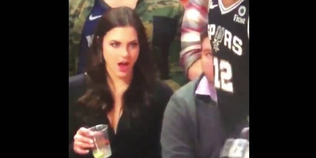 VIDEO: Mujer se vuelve viral por observar partes íntimas de basquetbolista