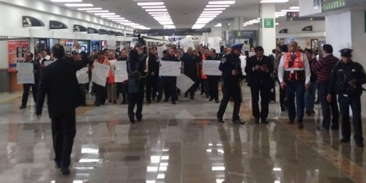 Concentración de manifestantes en la Terminal 1 del AICM