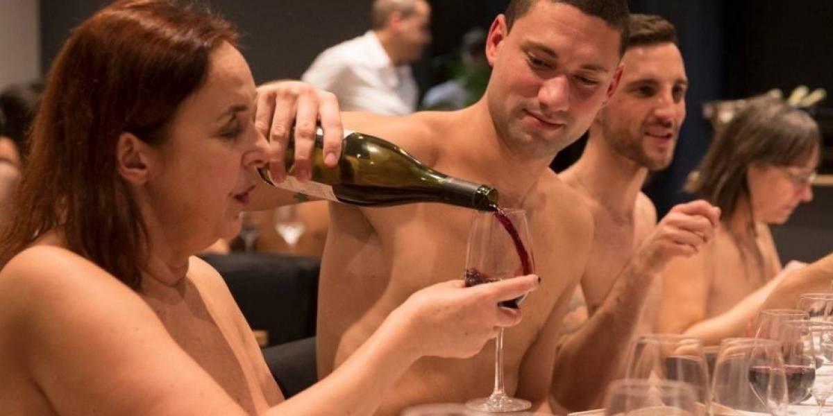 Primer restaurante nudista de París anuncia cierre e invita a una última cena de desnudos