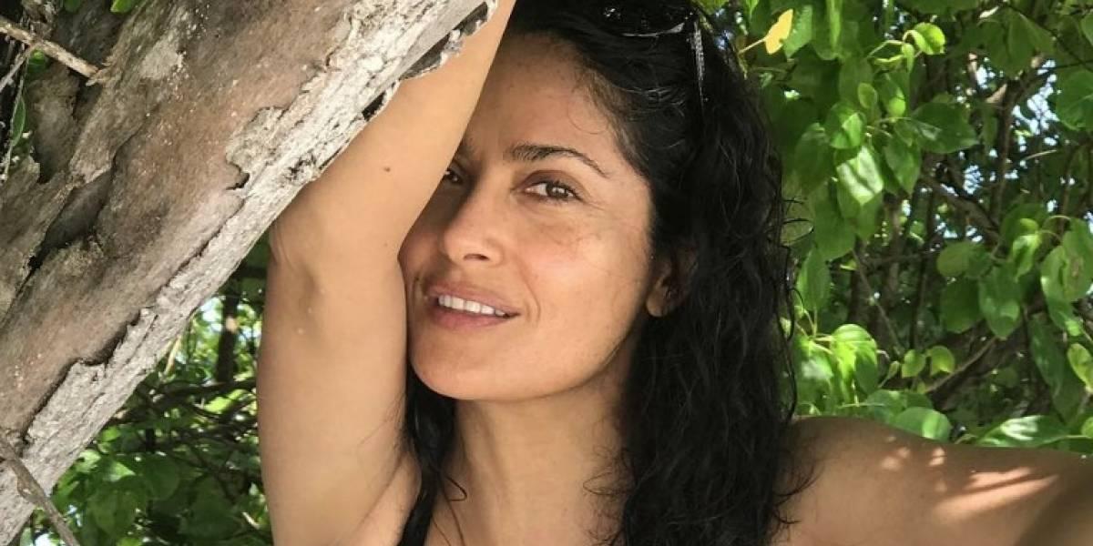 Salma Hayek disfruta del sol y la arena en sensual traje de baño