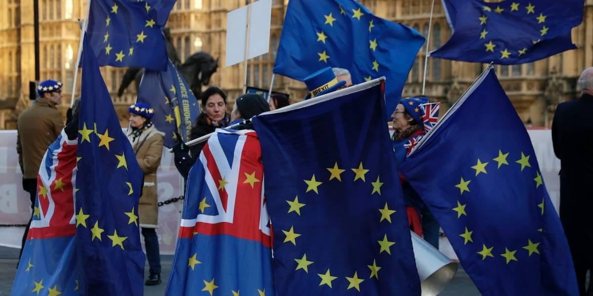 Parlamento británico dificulta Brexit sin un acuerdo