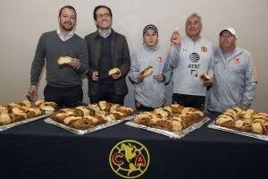 Herrera y Cuéllar parten la tradicional rosca de Reyes Magos
