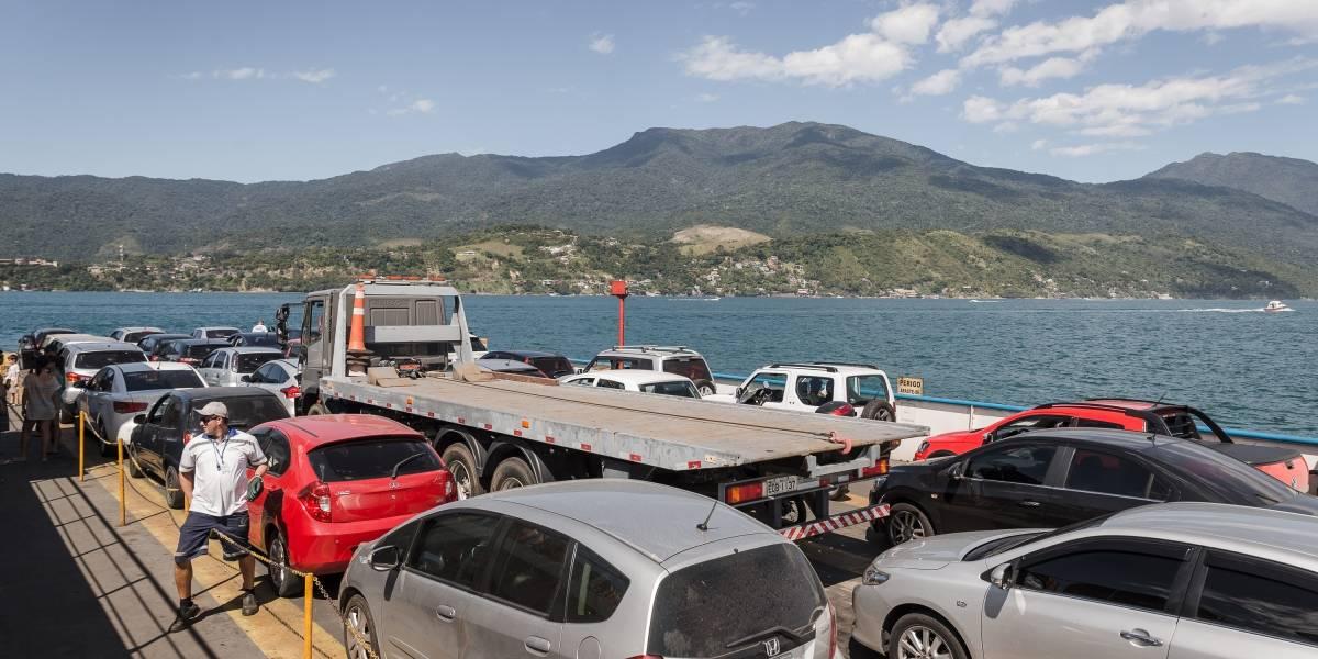 Travessia de balsa entre São Sebastião e Ilhabela tem fila de 3 horas