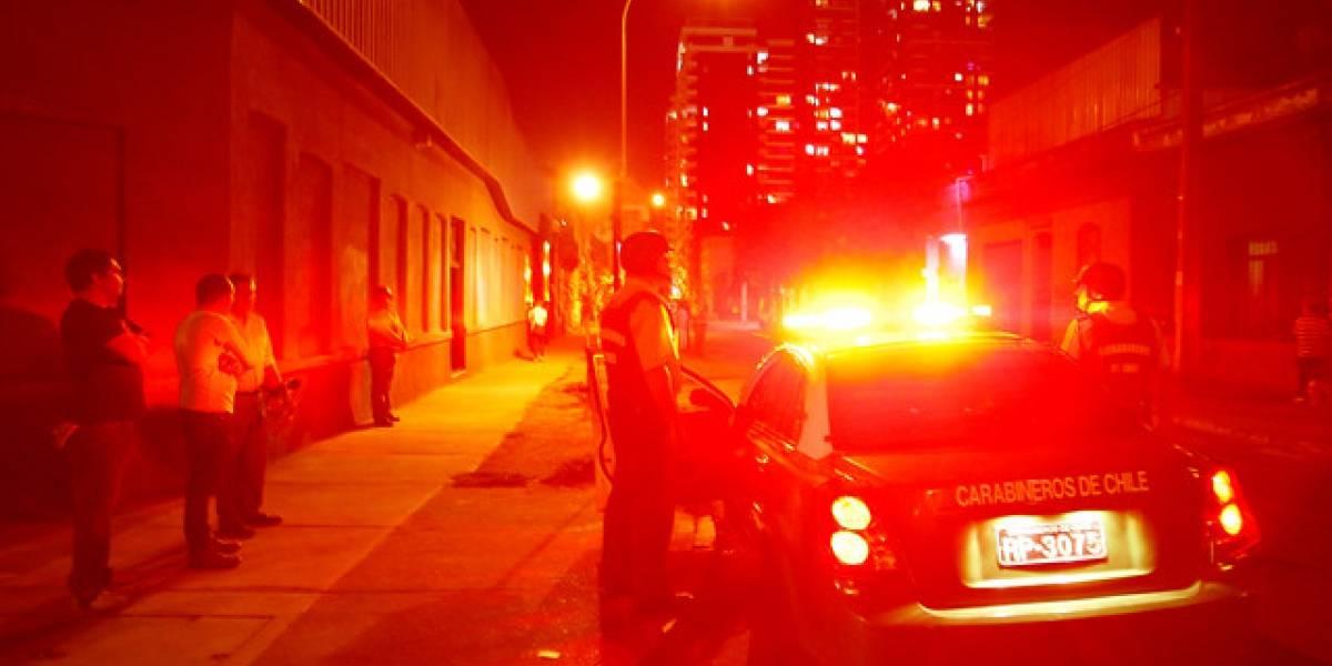 """Violento """"portonazo"""" a pareja: balearon al dueño del auto para quitarle llaves en pleno barrio Yungay en Santiago"""