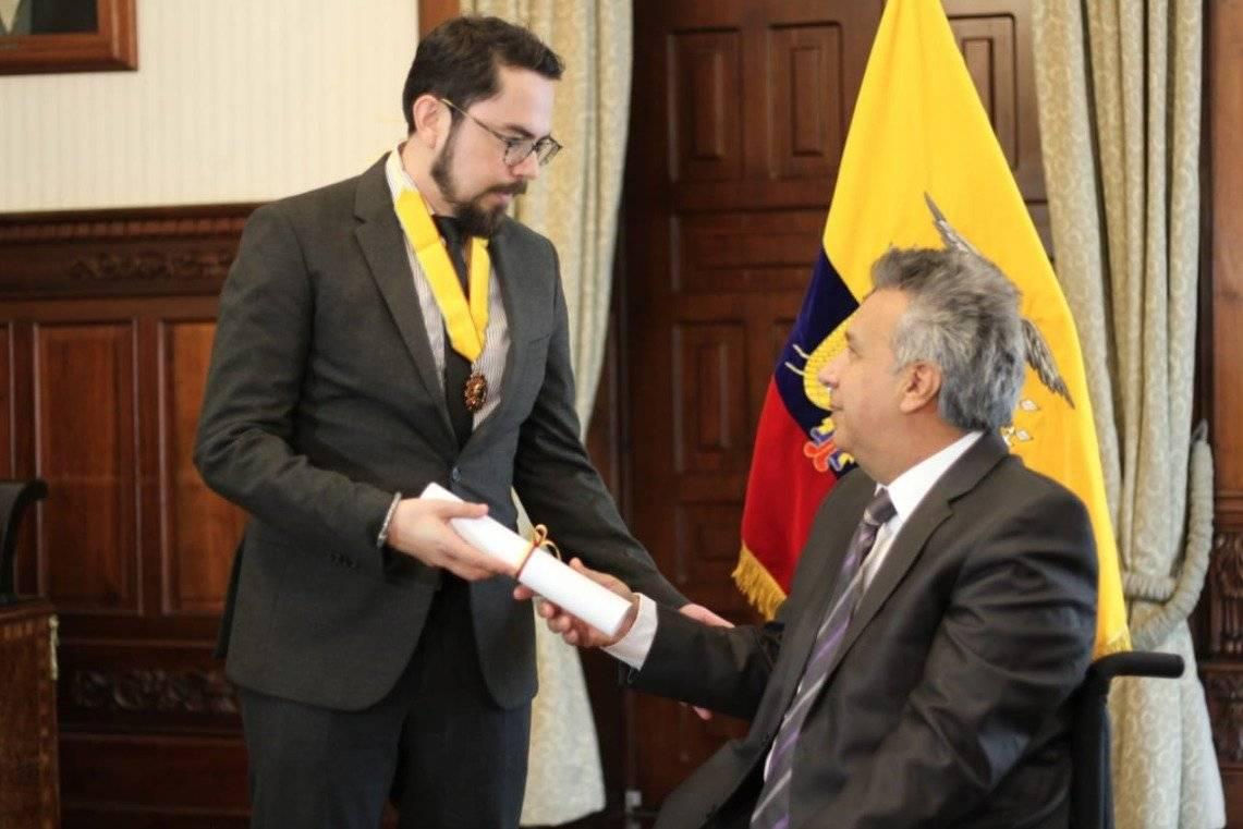 Condecoran a Inty Gronneberg, el ecuatoriano que inventó turbina para recoger plásticos del agua