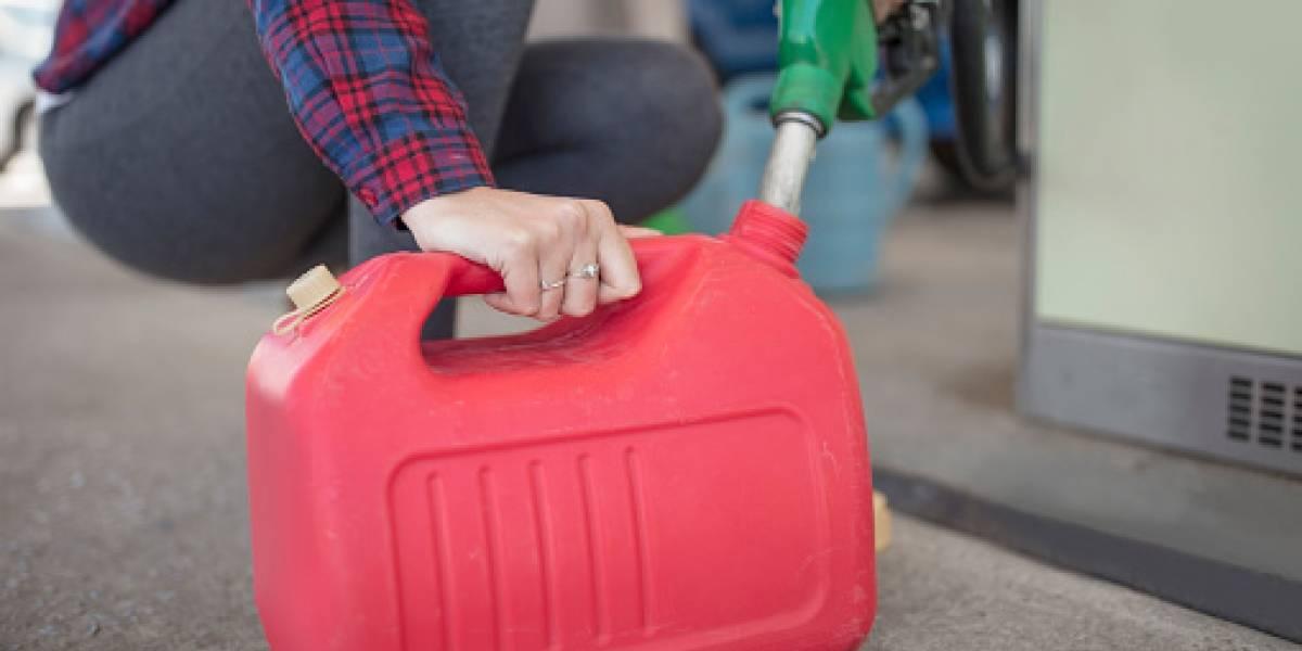 El riesgo de cargar un galón de gasolina extra en el auto