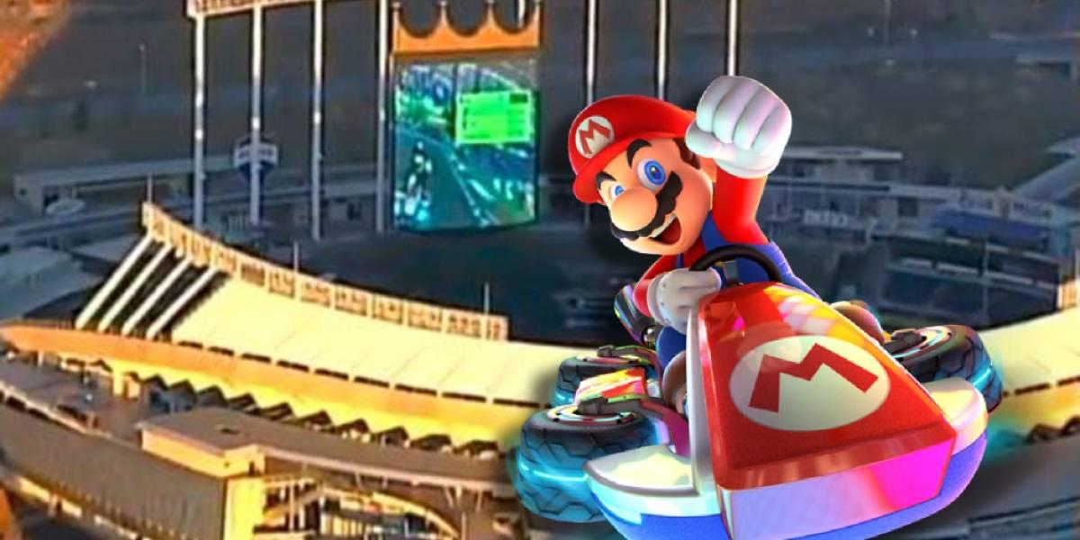 Helicóptero capta a un grupo de personas jugando Mario Kart en la pantalla de un estadio
