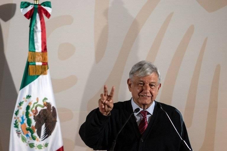 Andrés Manuel López Obrador saludando